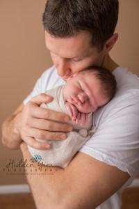 daddy and newborn pose